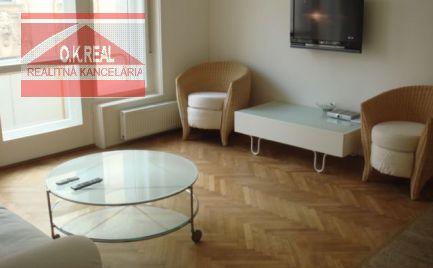 Ponúkame na prenájom zariadený 3 izbový byt v historickom centre Bratislavy, na začiatku pešej zóny, na Gorkého ulici.