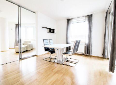 Na prenájom priestranný 4 izbový byt s dvoma kúpeľňami a garážovými státiami v Karlovej Vsi