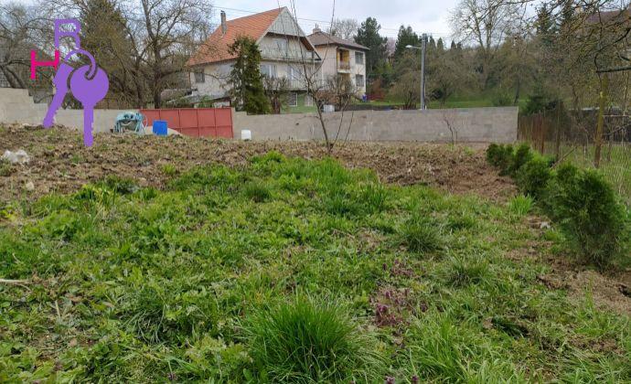 Na predaj stavebný pozemok v malebnej obci obklopenej Malými Karpatmi, Dobrá Voda, len 70 km od Bratislavy.