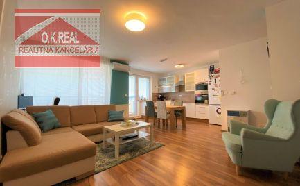 Ponúkame na predaj veľmi útulný a plne zariadený 3-izbový byt v novostavbe v Rovinke.