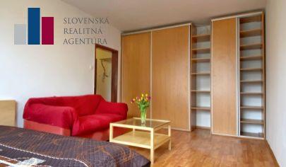NA PREDAJ: tichý 1-izbový byt na Homolovej s výhľadom na Pajštún