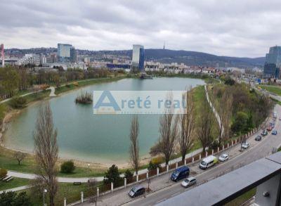 Areté real -Predaj priestranného 2 izbového bytu s veľkou loggiou s výhľadom na KUCHAJDU , Tomášikova ul., BA-Nové Mesto