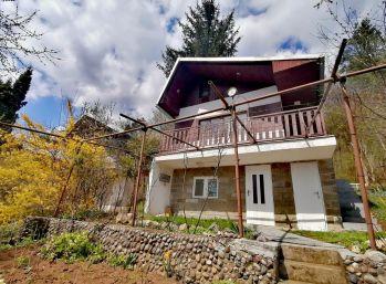 Kus prírody v meste. Na predaj murovaná chata so záhradou v Humennom (N018-13-ALMa)