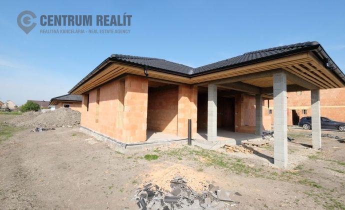 REZERVOVANÝ: Krásny 4-izbový bungalov s mimoriadne priestrannou dennou časťou a krytou terasou, Lehnice