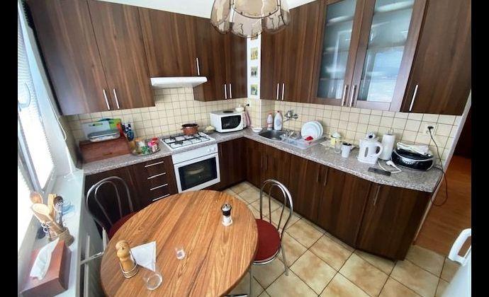 Ponúkame na predaj pekný  čiastočne zrekonštruovaný 3 izbový byt
