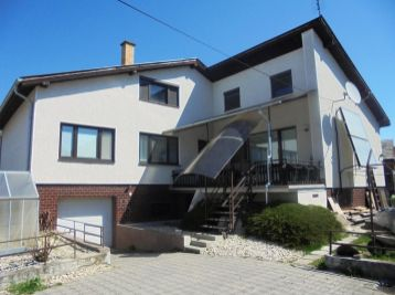 MALÁ VES - 4 - izbový RD 300 m2  – priestranný dom, pozemok 800 m 2, studňa,TERASA pivnica, GARÁŽ