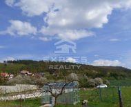 Krásny, slnečný pozemok pre rodinný dom - Trenčianska Teplá, časť Dobrá.