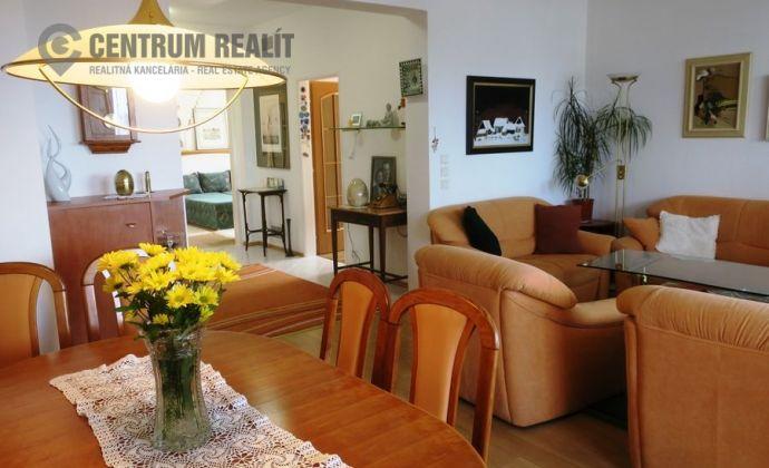 Priestranný, slnečný 3-izbový byt na hradnom kopci, 2x loggia