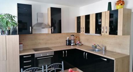 Kuchárek-real: Novostavba  2 izbového bytu s balkónom, 2x parkovacie miesto v obci Viničné.