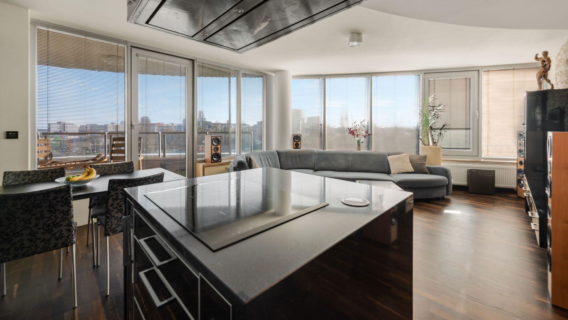 ZNÍŽENÁ CENA !!! TRI VEŽE: Krásny 3 izbový byt so samostatnou garážou