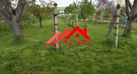 Kuchárek-real: Ponúka pozemok 1190 m2 v centre Pezinka so starším rodinným domom.