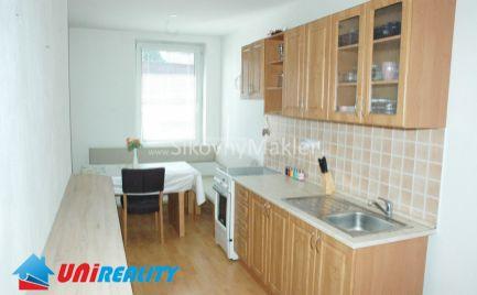 BÁNOVCE NAD BEBRAVOU - Prenájom 2 izbový byt / širšie centrum / čiastočne zariadený