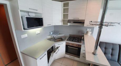 NA PREDAJ štartovací 2 izbový byt v rodinnom dome, komplet zariadený s parkovaním, lodžiou a klimatizáciou