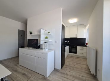 1-izbový zariadený byt s parkoviskom v novostavbe na prenájom