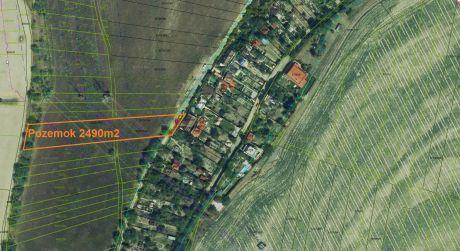 Ponúkame Vám na predaj investičný stavebný pozemok pre RD v Ružinove-Domové Role
