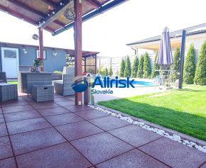 REZERVOVANÝ Exkluzívne Vám ponúkame nadštandardný 4-izbový bungalov v Galante