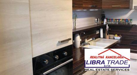 IBA U NÁS! PREDAJ - Kompletne prerobený 3 izbový byt s loggiou na Selyeho ul. v Komárne