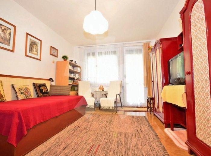 PREDANÉ - TALICHOVA, 1-i byt, 41 m2 - so zasklenou LOGGIOU, slušný a udržiavaný stav, v NÍZKOPODLAŽNOM bytovom dome, obklopený ZELEŇOU