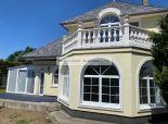 RK Reality Gold – Bratislava s.r.o.  ponúka na predaj rodinný dom 8 izbový  s vnútorným  bazénom v peknom prostredí  v Ivánke pri Dunaji  vhodný na bývanie  aj  podnikanie.