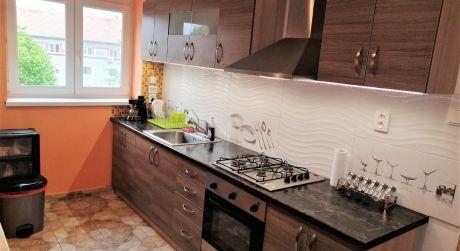PREDAJ - Kompletne prerobený 2 izbový tehlový byt s vlastným kúprením na E.B.Lukáča v Komárne ZARIADENIE V CENE!