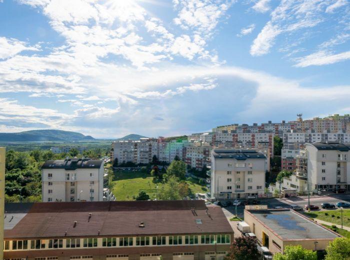 MAJERNÍKOVA, 4-i byt, 83 m2 - VÝHĽAD NA ZÁPAD SLNKA, zrekonštruovaný dom, BLÍZKO LESA, pokoj a ticho