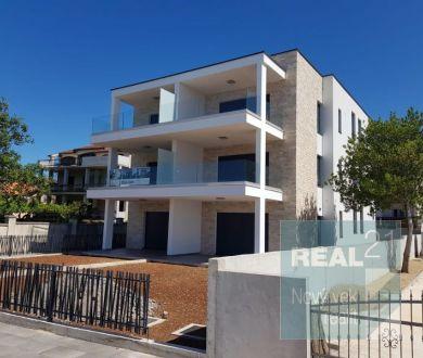 Ponúkame na predaj byty v novej výstavbe, prvý rad od  mora na pláži, v meste Turanj.