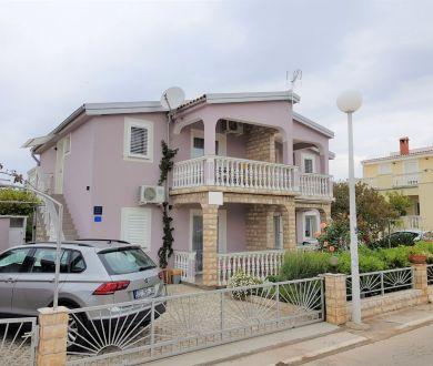Ponúkame na predaj apartmánový dom 30 m od mora, Vir.