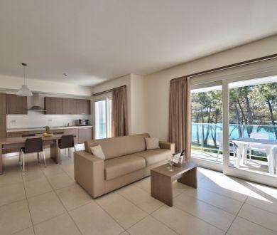 Ponúkame na predaj dvojizbové apartmány s krásnym výhľadom na more, 30-50 m od mora.