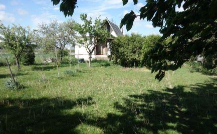 Pekný pozemok 1053 m2 s chatkou v Trenčíne časť Tr. Biskupice