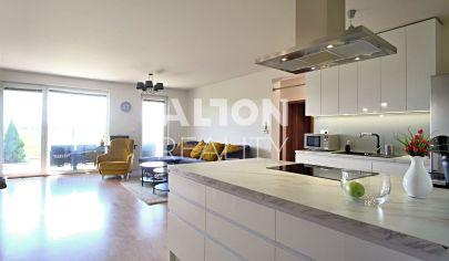 Na predaj novostavba priestranného 3 izbovéhu bytu (81 m2) s predzáhradkou (89 m2) a krásnym výhľadom.