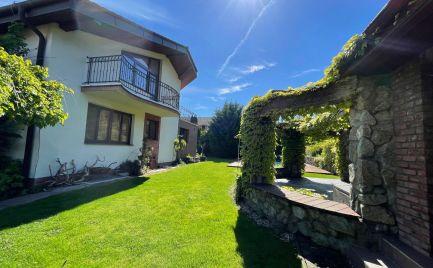Exkluzívny dom s krásnou záhradou, bazénom, altánkom, saunami, fitkom, vinárňou.