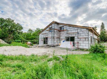 POSLEDNÝ VOĽNÝ! 4-6i BUNGALOV, ÚP 155m2– Lehnice: pozemok 490m2, VLAK len 5min, možnosť PLYNOVÉHO KÚRENIA, poctivá TEHLOVÁ stavba, R7 len 7 km