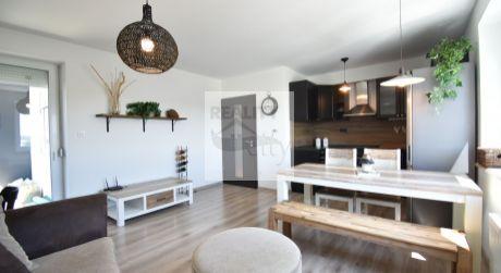 4 - izbový priestranný a slnečný byt 72,36m2, loggia 5,22m2, kryté parkovacie miesto, výťah, zariadený