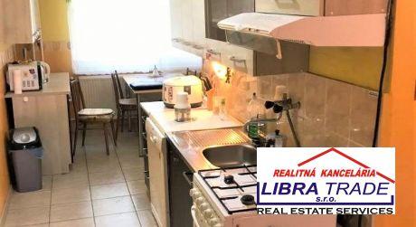 IBA U NÁS! PREDAJ - Čiastočne prerobený 2 izbový byt pri gazdovskej ul. v Komárne