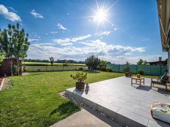 PROMINENT REAL predá dizajnový 5 izbový rodinný dom v Kráľovej pri Senci.