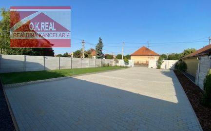Ponúkame na predaj slnečný rožný pozemok (387m2) s výbornou polohou v záhradkárskej časti starej štvrti rodinných domov na ulici Žitnoostrovskej v Dunajskej Strede v blízkosti Thermalparku.