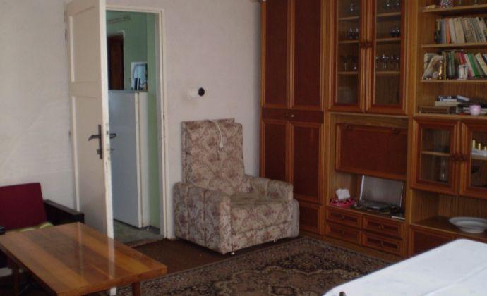Na predaj dvojgeneračný 5 izbový rodinný dom v pôvodnom stave v Hlohovci, m.č. Šulekovo, pozemok 1000m2.