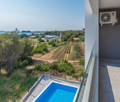 Ponúkame na predaj apartmány s výhľadom na more, nachádzajúce sa 250 m od mora,  v lokalite Bibinje - Zadar.