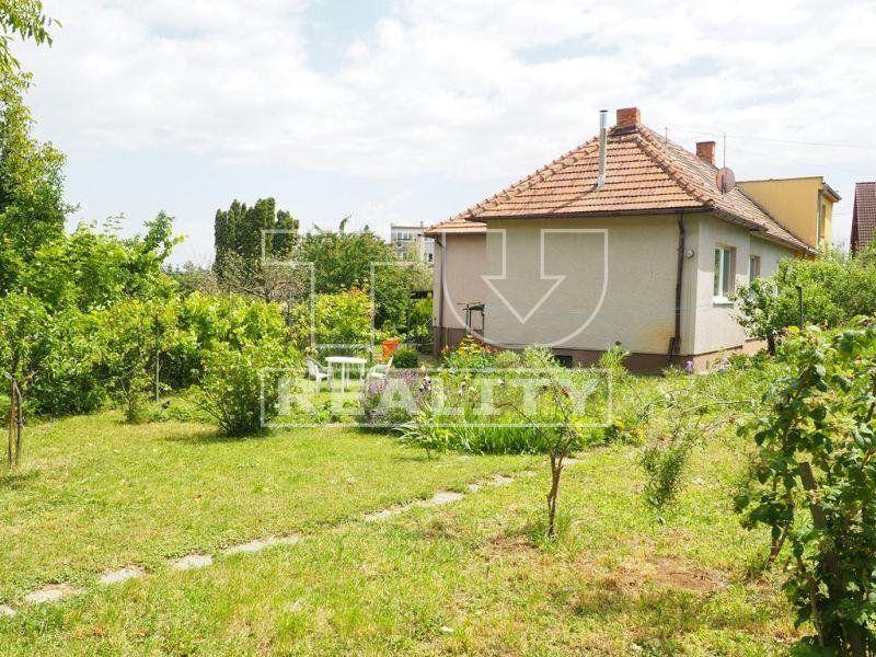 VÝBORNÁ PONUKA! Na predaj rodinný dom na Dolnočermánskej ul. s pekným pozemkom  o výmere 880 m2.