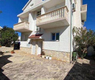 Ponúkame na predaj jednoizbový apartmán na prízemí, 180 m od mora, Vir.