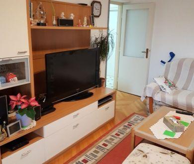 Ponúkame Vám na predaj dvojizbový byt na vynikajúcom mieste v blízkosti všetkého potrebného pre príjemný rodinný život! Zadar - Jazine II