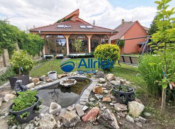 Predaj krásneho RD s prekrásnou záhradou v obci Dvory nad Žitavou.