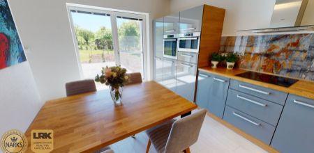 Ponúkame Vám na PRENÁJOM novostavbu krásneho, moderného rodinného domu s upraveným pozemkom v tichom prostredí, v obci Neporadza