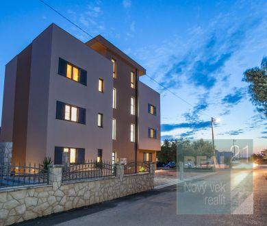 Ponúkame na predaj krásny apartmán so strešnou terasou a vírivkou.