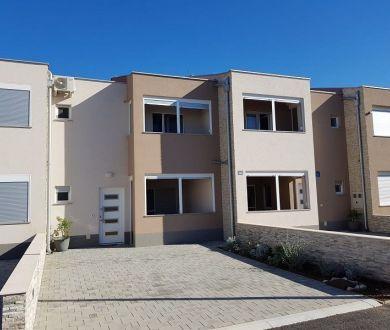 Ponúkame Vám na predaj radový dom s tromi spálňami, 40 m od mora, Nin - Ždrijac.