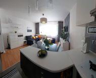 TOP Realitka – Exkluzívne! Znížená cena. Rekonštrukcia byt aj dom, zariadený 2-izbový byt, pivnička, kumbál, parking, ticho, zeleň, Top lokalita BA Lamač
