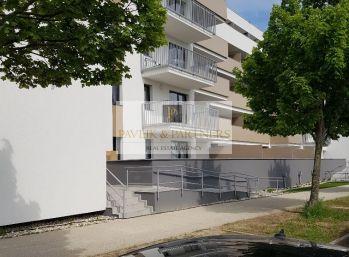 Predaj 3 izbový byt  novostavba, s výhľadom na Zobor, terasa, garáž.