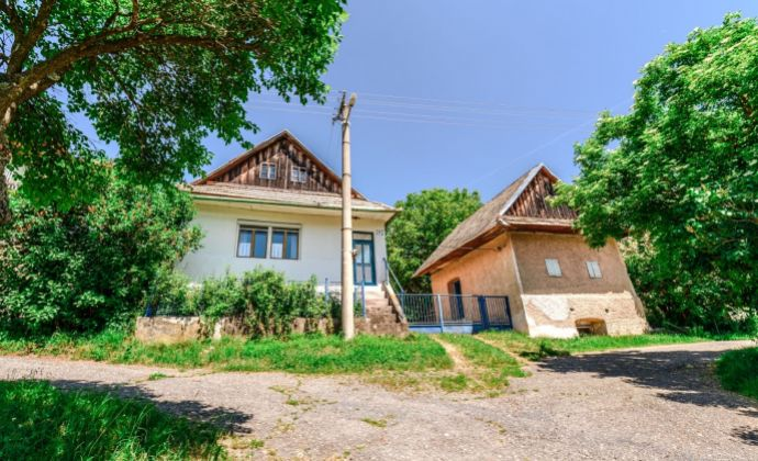 PREDAJ: Rekreačný slnečný domček s rozľahlým pozemkom pri Banskej Štiavnici
