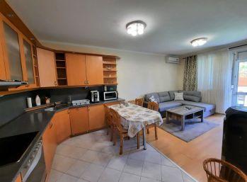 Predaj 2,5 izb. bytu s vlastným kúrením, čiastočným zariadením + veľkou terasou 50m2 + garážové státie s murovanou pivnicou, Veterná ulica