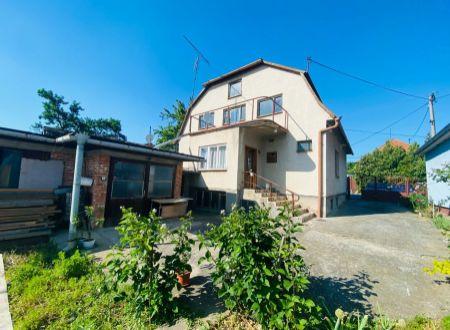 Exkluzívne APEX reality 5i. rodinný dom v Dvorníkoch, všetky IS, garáž, pozemok 1995 m2